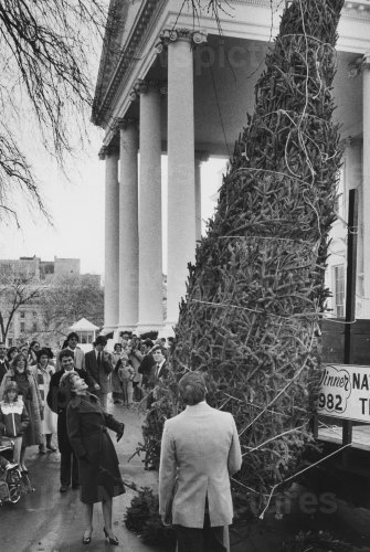 Nancy Reagan Takes First Look at White House Christmas Tree