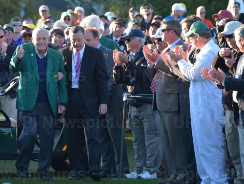 Honorary starter Ar­nold Pal­mer gives a thumbs at the Masters
