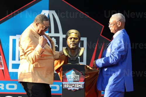 Robert Brazile is inducted into the Pro Football Hall of Fame