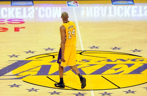 Los Angeles Lakers Kobe Bryant walks off the court in the second half in his final game