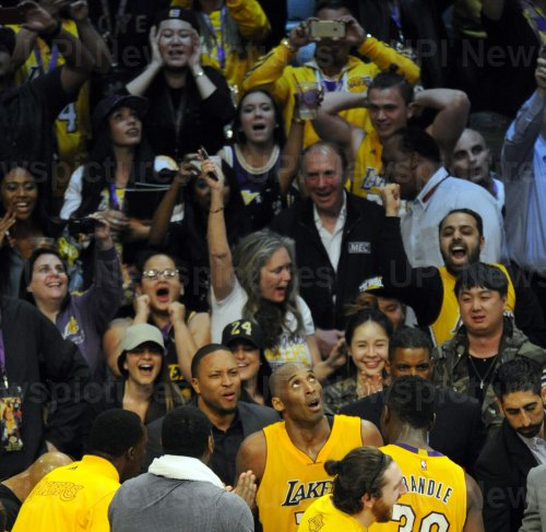 Los Angeles Lakers Kobe Bryant looks up to the scoreboard in the final minutes of his final game